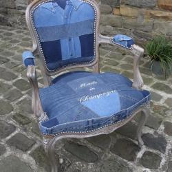 Fauteuil cabriolet Louis XV en jeans brodé